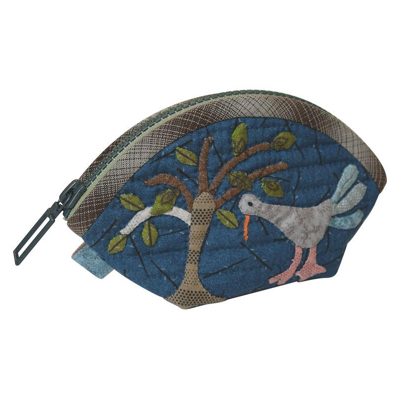木と鳥の青いポーチ