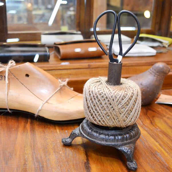 ストリングタイディ アンティーク風  はさみ付き 麻ひも 裁縫道具 ラッピング インテリア ディスプレイ ハンドメイド雑貨 手作り アイアンの重厚感 カントリー 北欧