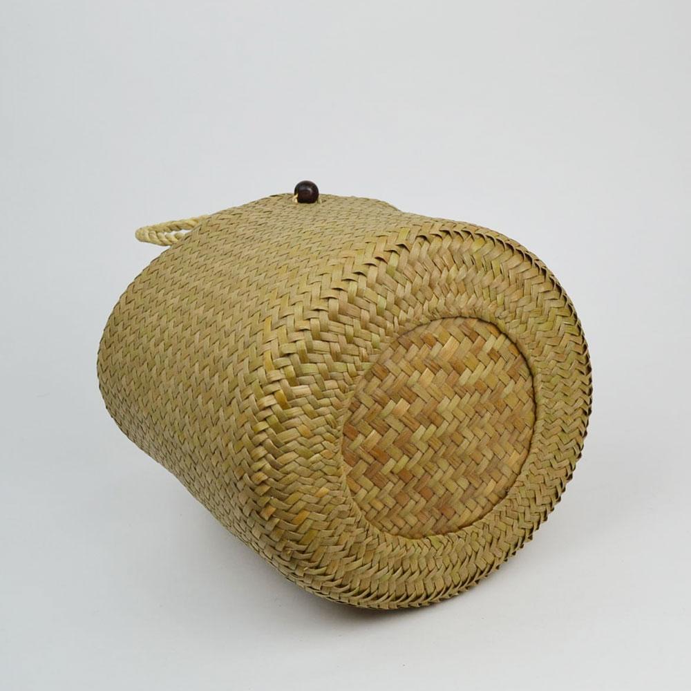カチュー (水草) ボタン付き かごバッグ Mサイズ 格子状 自然な風合い 天然素材 インテリア 小物収納 繊細 編み ナチュラル カジュアル スタイル バック かばん 伝統工芸 タイ製 職人 懐かしい ぬくもり ハンドメイド 手作り