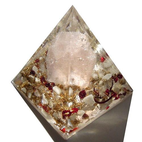 ローズクオーツのピラミッドオブジェ 《ボヘミアンオルゴナイト》 5×5cm