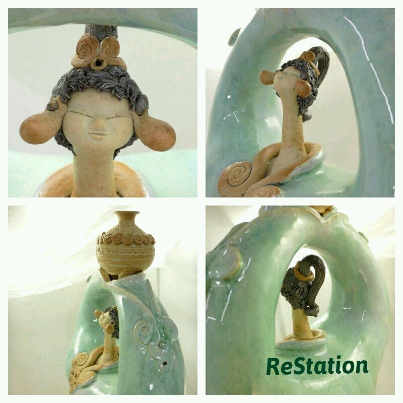 【中古】砥部焼 青芳窯 壷を捧げる長い首の人形 美品です