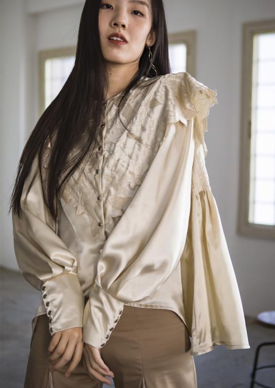 Flower scallop cape blouse