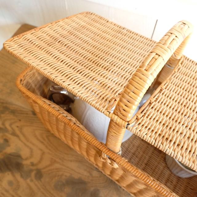 籐の蓋付きバスケット