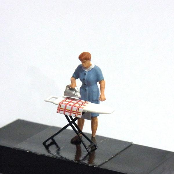 アイロンを掛ける女性 :プライザー 塗装済完成品 HO(1/87) 28154