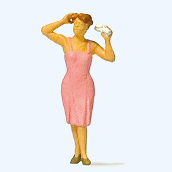 ヘアスタイルを整える女性 :プライザー 塗装済完成品 HO(1/87) 28120