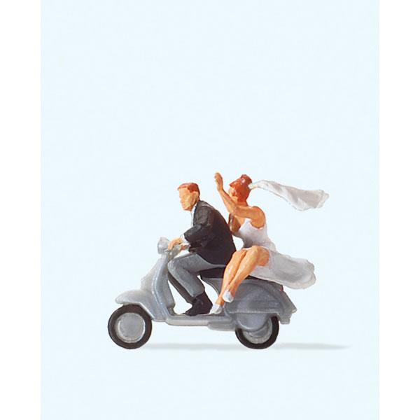 スクーターに乗っている結婚式の新郎新婦 :プライザー 塗装済完成品 HO(1/87) 28150