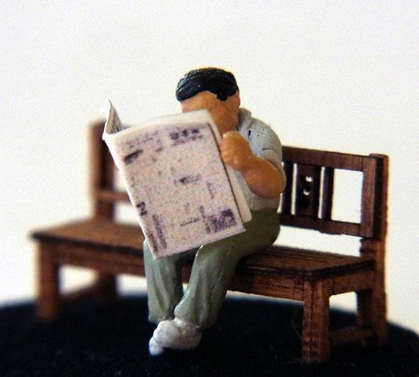 さかつう人形シリーズまなべコレクション 腰掛けて新聞を読む男 :さかつう 塗装済完成品 HO(1/87) 7514