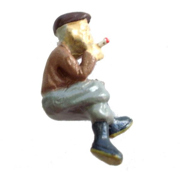 さかつう人形シリーズまなべコレクション 腰掛けてタバコを吸う男 :さかつう 塗装済完成品 HO(1/87) 7515