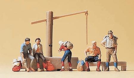 水場で休憩中の登山する人たち(ハイカー) :プライザー 塗装済完成品 N(1/160) 79161