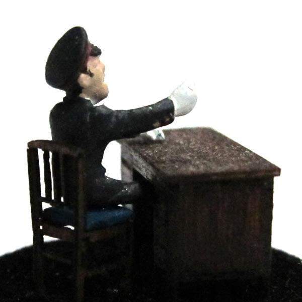 さかつう人形シリーズまなべコレクション 座っている駅員 :さかつう 塗装済完成品 HO(1/87) 7510