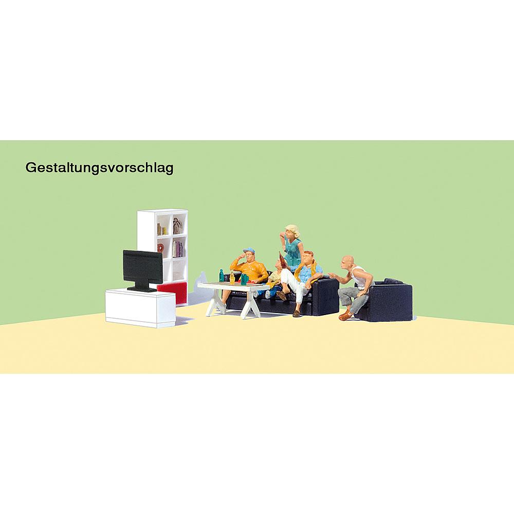 リビングでテレビを見る家族(テレビラック、本棚、テーブル、ソファー) :プライザー 塗装済完成品 HO(1/87) 10649