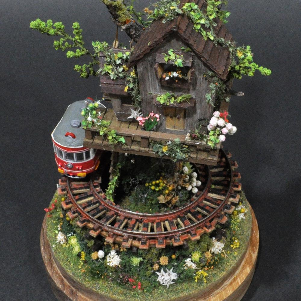 ツリーハウスライン#1 「赤い電車と茶色のツリーハウス」 :石川宜明 塗装済完成品 1/150サイズ