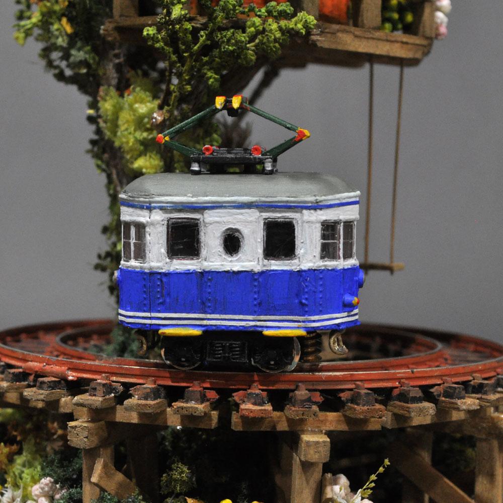 ツリーハウスライン#4 「青い電車とかやぶき屋根のツリーハウス」 :石川宜明 塗装済完成品 1/150サイズ
