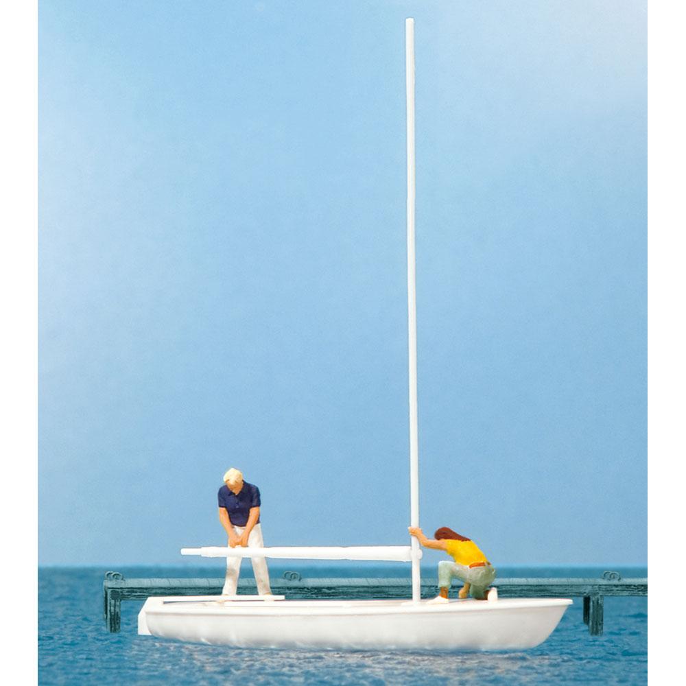 ヨットの帆を外している船員 :プライザー 塗装済完成品 HO(1/87) 10680