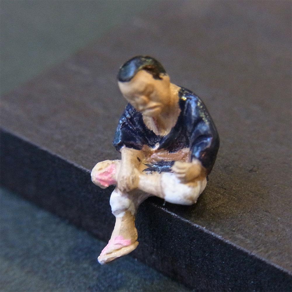 さかつう人形シリーズまなべコレクション 縁台将棋の男A :さかつう 塗装済完成品 HO(1/87) 7525