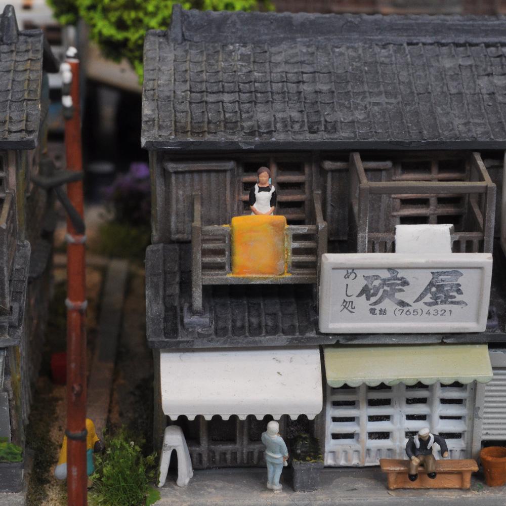 ユニット・ジオラマ 「商店長屋と銭湯(金魚湯)」 :岡田忠明 塗装済完成品 N(1/150)