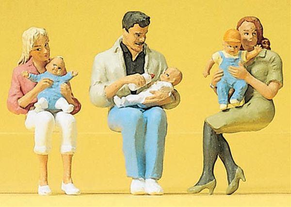 赤ちゃんを抱いて腰掛ける親 :プライザー 塗装済完成品 1/22.5 45024