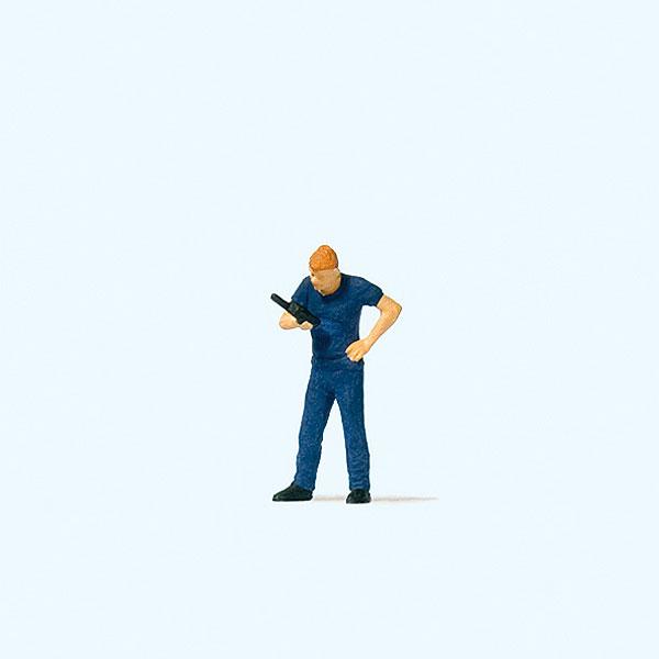 無線機(トランシーバー)を操作する消防士 :プライザー 塗装済完成品 HO(1/87) 28202