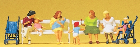 ベンチに座る赤ちゃん連れのお母さん :プライザー 塗装済完成品 HO(1/87) 10522