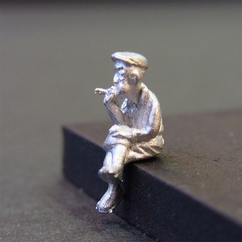 さかつう人形シリーズまなべコレクション 腰掛けてタバコを吸う男 :さかつう 未塗装キット HO(1/87) 7015