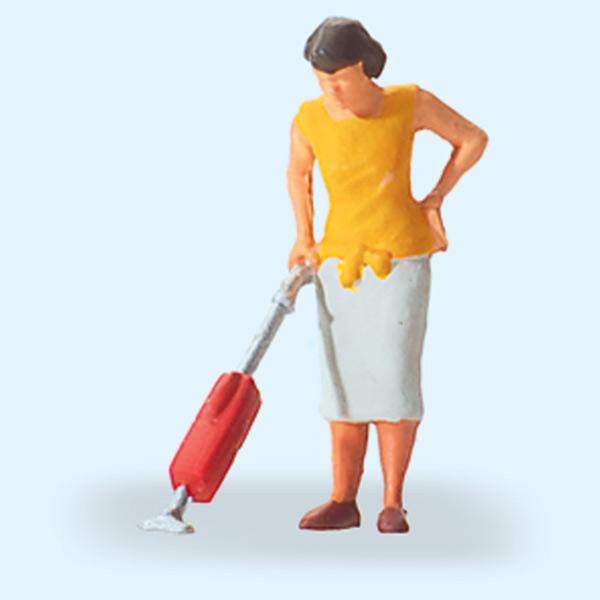 掃除機で掃除する女性 :プライザー 塗装済完成品 HO(1/87) 28141