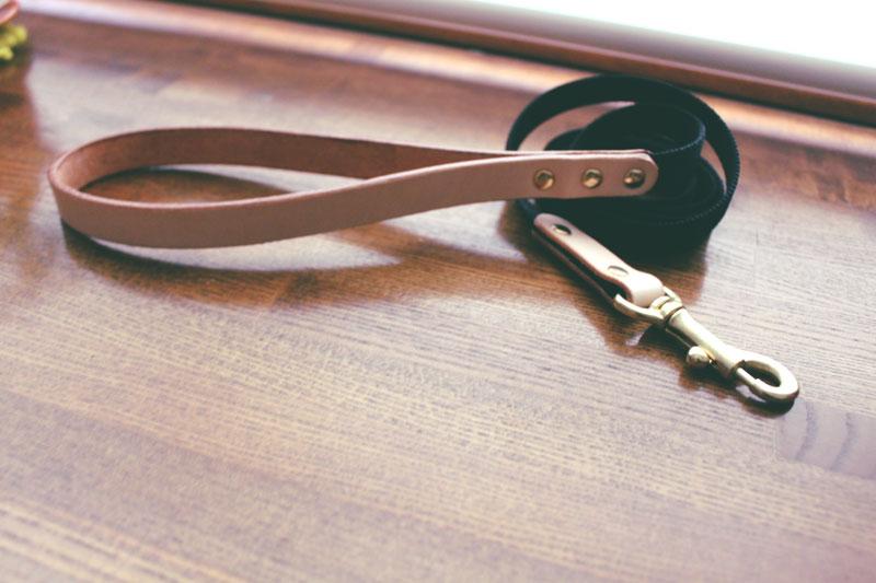 筆記体切削彫刻 迷子札付首輪 おなまえ首輪 真鍮彫刻プレート付 本ヌメ革/本革 手仕上げ  真鍮金具 首輪(小型犬・中型犬) A88898 (SS〜Lサイズ 3-14kg)