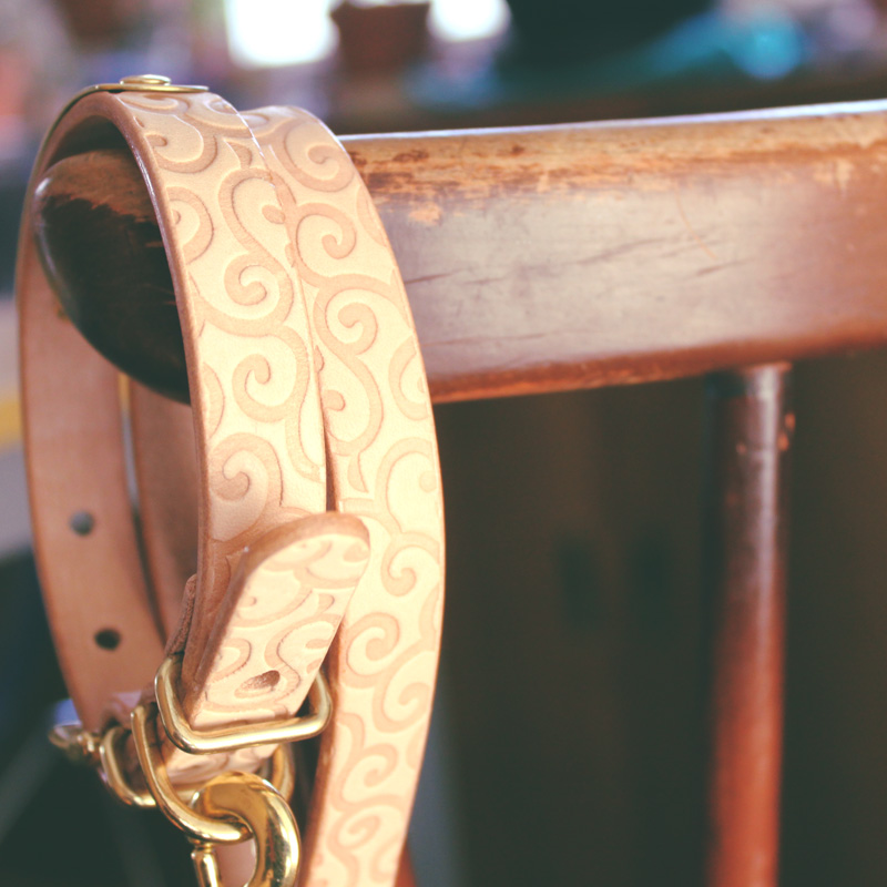 [#A8891]サクラ犬具製作所 本革 唐草型押し模様首輪 からくさ 日本製