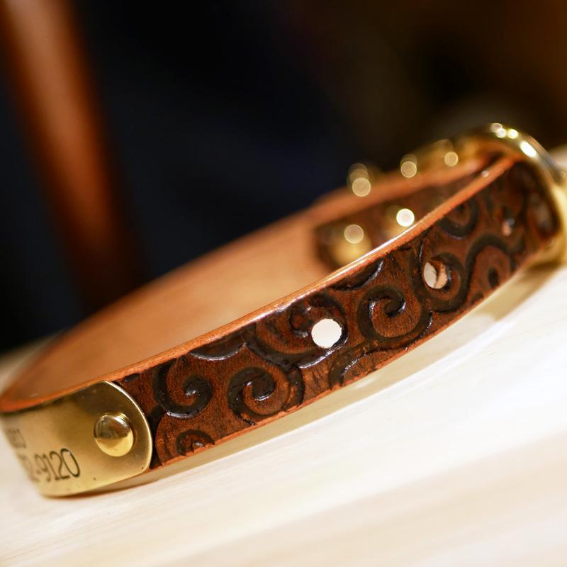 [#A8891-2]サクラ犬具製作所 本革 唐草模様首輪 からくさ型押しウォルナット色アンティーク仕上げ 日本製