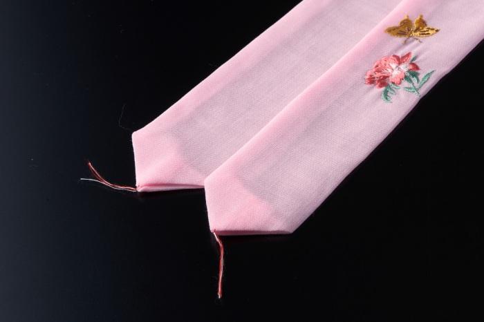 純毛モスリン(ウール)素材で、綿やシルクのものと比べると、締まりやすく緩みにくいのが特徴です。 モス腰ひも 刺繍 蝶に牡丹 / ピンク