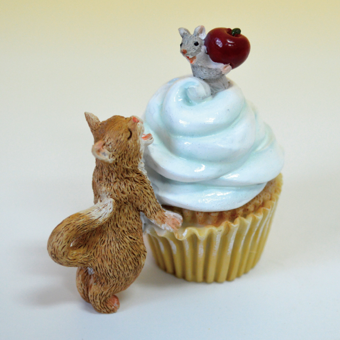 茶トラ猫 ねこ ネコ レトロ アンティーク風 カップケーキ 猫とねずみ 置物 オブジェ プレゼント ギフト かわいい ミニチュア EV14774A 高さ約6.5cm