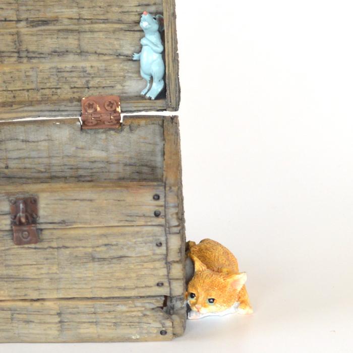 木箱に隠れる猫ちゃん  ねこ 猫 ミニチュア 動物 かわいい 置き物 ギフト 飾り オブジェ
