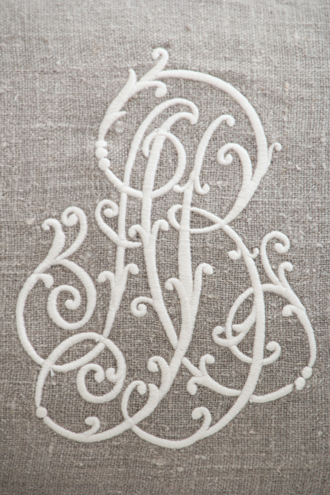 Anne Beckerリネンクッションモノグラム&ストライプホワイト75x50cm(中綿付き)