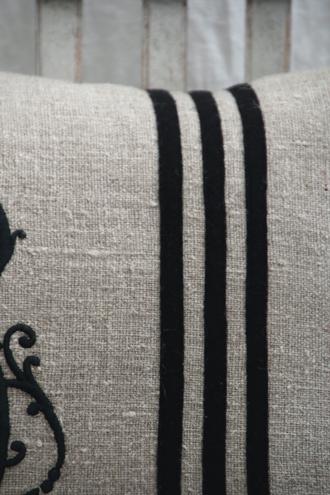 Anne Beckerリネンクッションモノグラム&ストライプブラック75x50cm(中綿付き)
