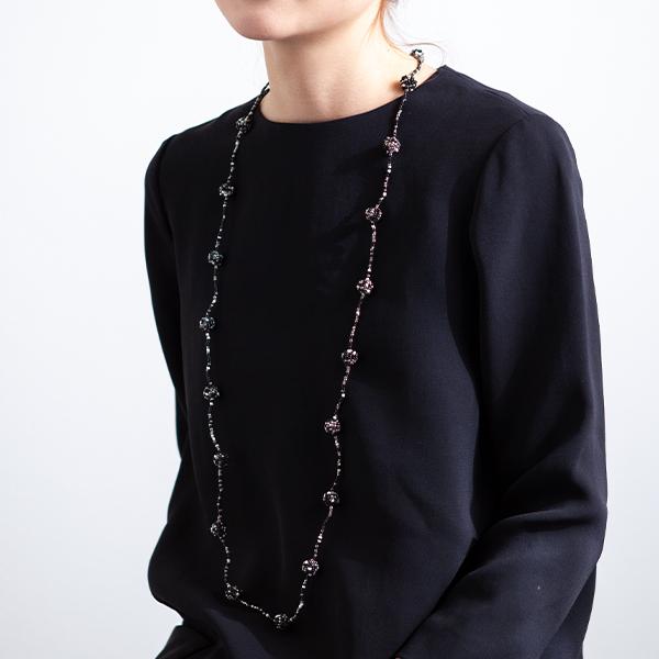 ビーズネックレス 黒いドレス