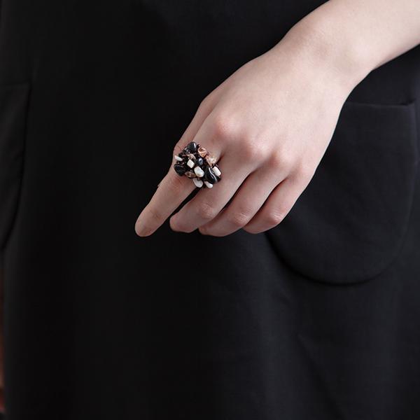 ストーンリング 黒いドレス