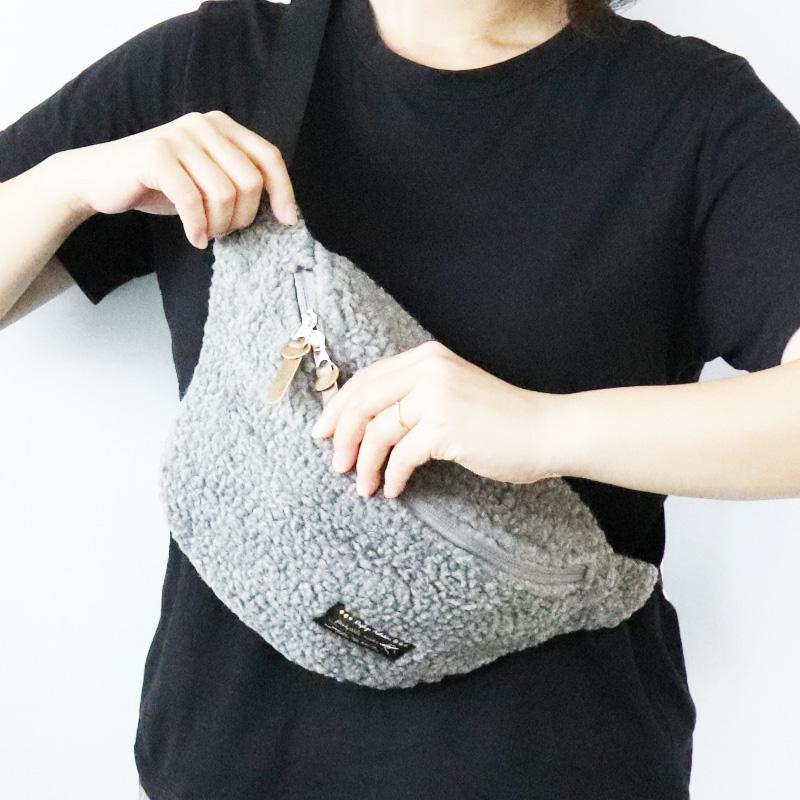 もこもこ素材のボディバッグでおしゃれコーディネート。ボア素材のバッグ