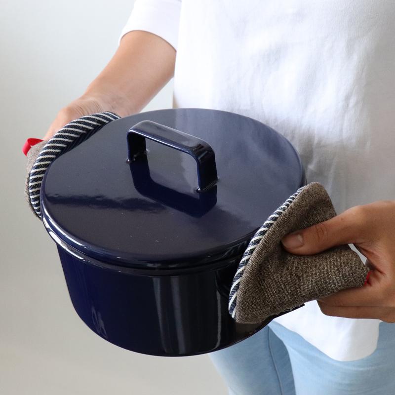 ころんと小さな、さんかくの鍋つかみ、ストウブやルクルーゼ、スキレットにもお使いいただけます