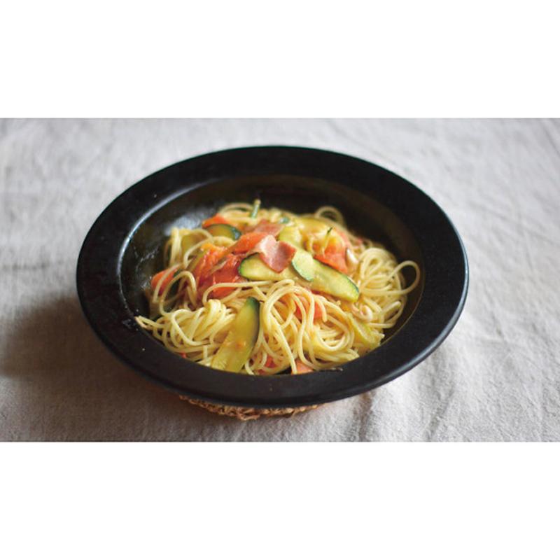 フライパンがそのままお皿になる、「つくる」と「たべる」が一つになる。鉄のフライパン、JIU 【S/ブナ】