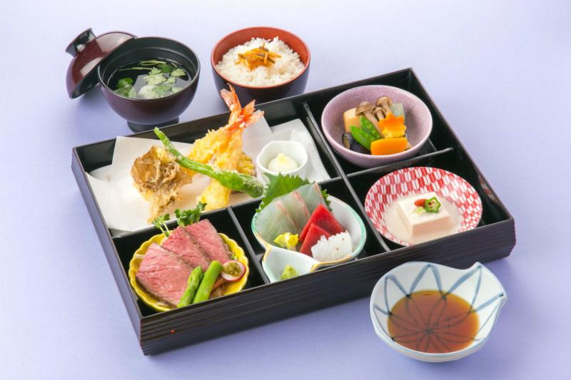 懐石弁当 しゃくなげ 白飯→赤飯サービス【ご家族様のお祝い限定】