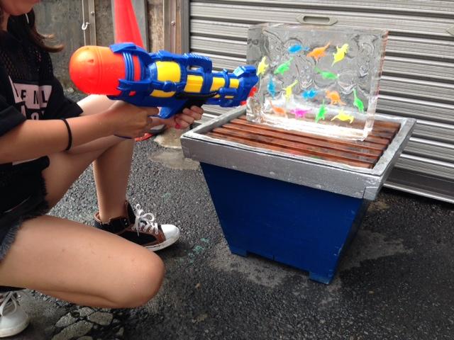 おもちゃ入り氷 (熱帯魚)