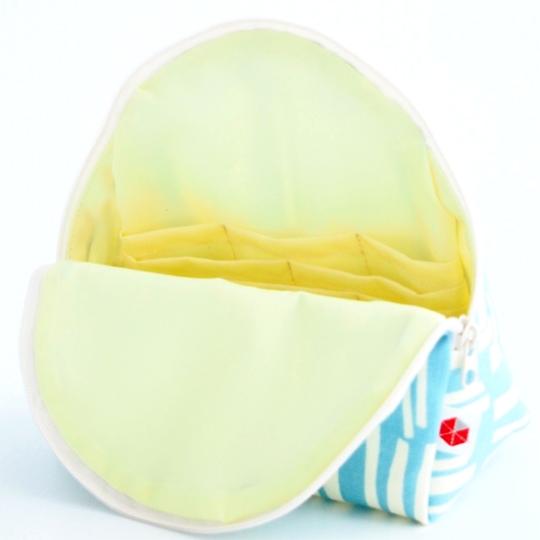 縦収納メイクポーチ スッと出し入れ 仕切り多い コンパクト 自立 ギフト 化粧 コスメ sussu Bo-white