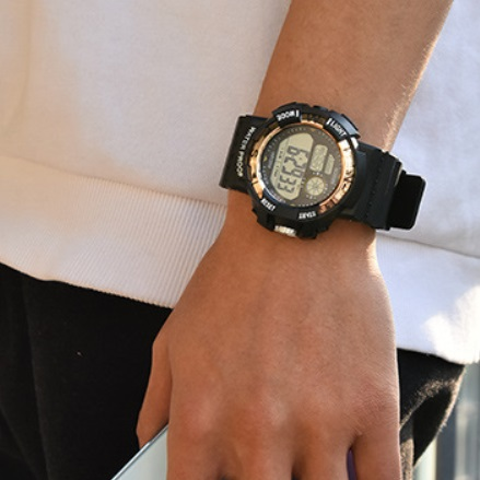 新品 送料無料 デジタル腕時計多機能 ボーイズ(キッズ)から大人まで 黒×金