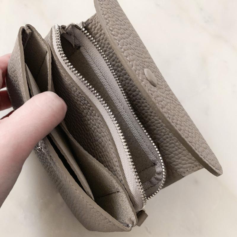 【nest 別注カラー】STUDIO LA CAUSE シュリンクレザー 内縫いフラップ 財布 M ライトグレー 日本製