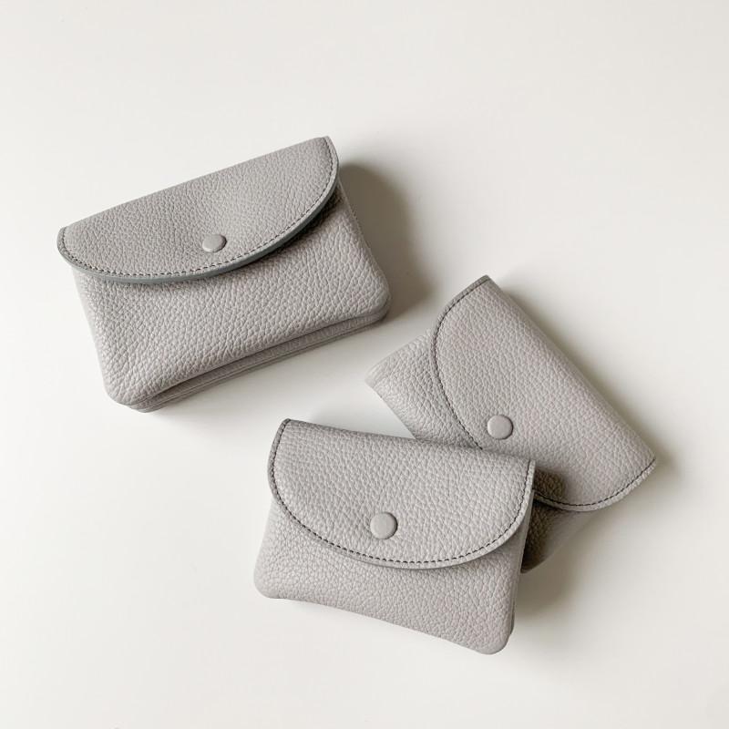 【nest 別注カラー】STUDIO LA CAUSE シュリンクレザー 内縫いフラップ キーケース/ミニ財布 ライトグレー 日本製