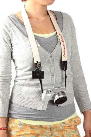 アルティザン・アンド・アーティスト ARTISAN&ARTIST 3WC-EM102 バイカラーと刺しゅうがおしゃれなカメラストラップ ホワイト