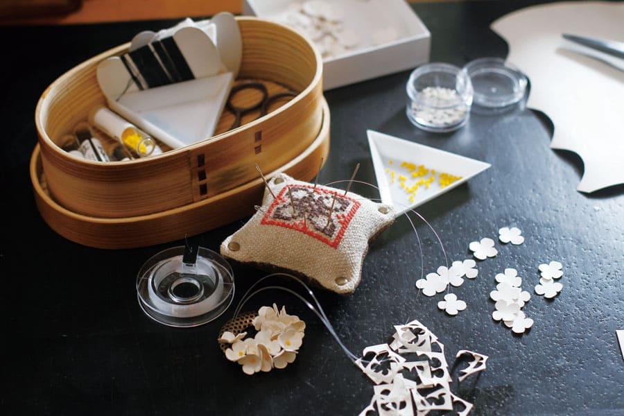 シロツメクサの革製ブローチ