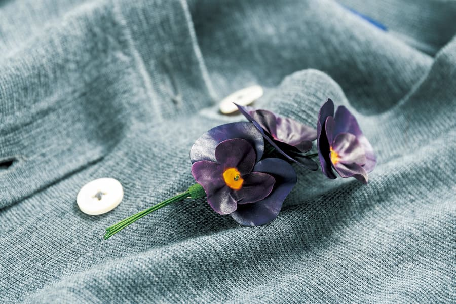 ビオラの革製ブローチ