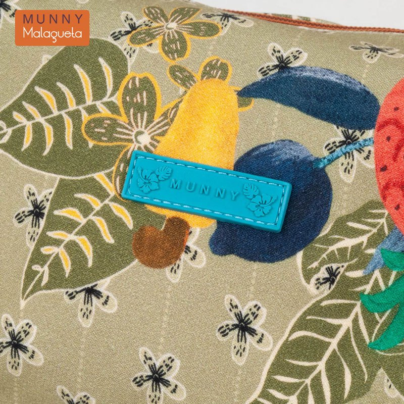 トロピカルフルーツ柄クッションスクエアポーチ MUNNY by Malagueta オリーブマルチ
