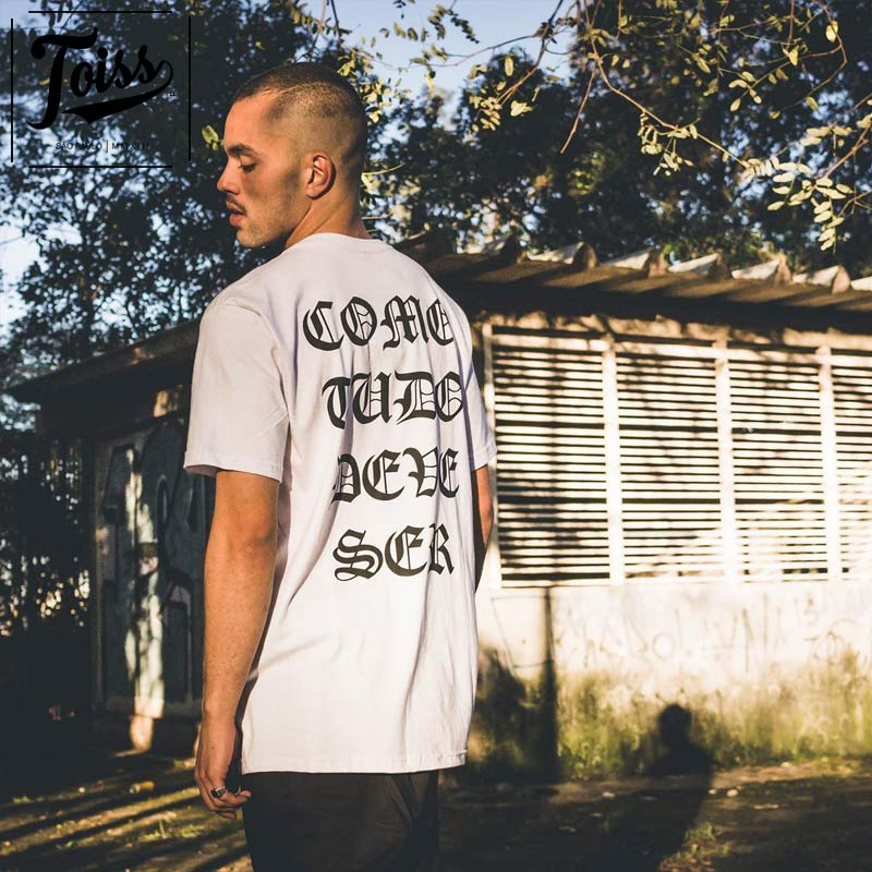 【TOISS】ゴシックレタリングTシャツ COMO TUDO DEVE SER ホワイト