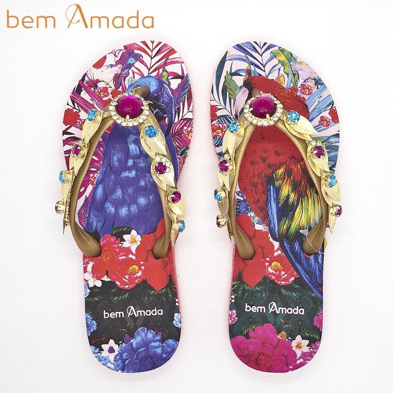 ■50%OFF■【bem Amada】ビジュー付きビーチサンダル【オウム】|ピンクレッド